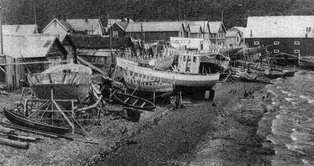 Båtbygging i fjæra rundt 1950.