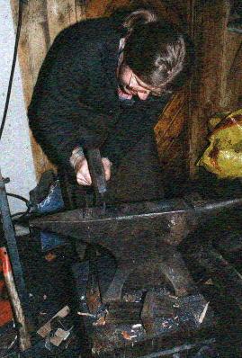 Jeg har godt samarbeid med smeden Dag Rønnebu som smir beslag til båtene.Han har også levert heimsmidd saum og klipte roer til 3 krumstevninger.