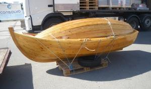 Jolle og pram er levert på kaia for båtfrakt til Finnmark